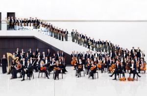 Dresden Philharmoniker: sächsische Musiker in geometrischer Reihenformation // Foto: Marco Borggreve / dresdnerphilharmonie.de